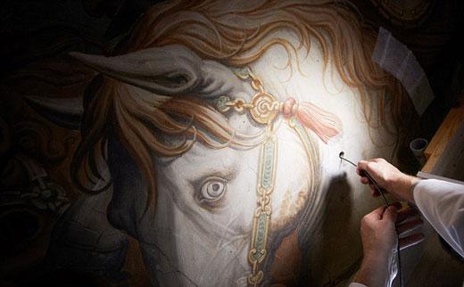 """科学家使用高科技""""内窥镜""""在乔尔乔-瓦萨里的壁画作品《安吉里战役》上凿孔发现里面可能存在一扇墙壁绘画着达-芬奇消失400多年的壁画作品"""