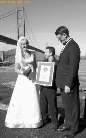 哈尔斯奎特夫妇开心领到吉尼斯证书