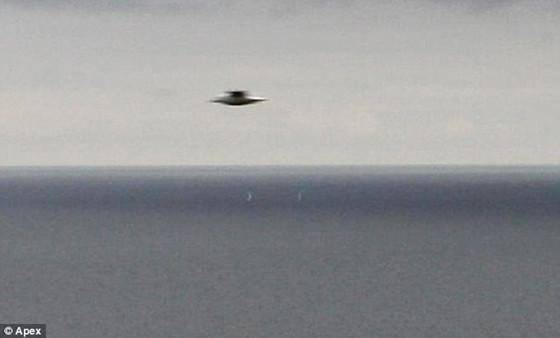 英国男子随手拍海景照片 竟抓拍到黑色UFO