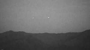 深圳红树林出现成对UFO 外观呈圆柱状如光亮白炽灯