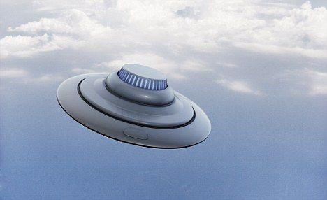 """银色飞碟:一个类似于空军上士休斯看到的UFO。据他报告,一个银色飞碟向他飞速冲来,瞬间""""擦肩而过"""",然后以惊人速度消失在空中。"""