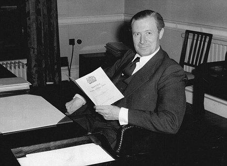休斯报告了这次UFO目击事件,随后被派去和当时的航空大臣的桑迪斯见面,当面汇报了详情。