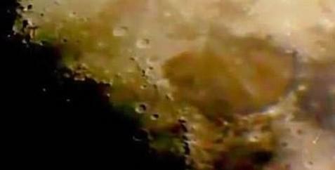 神秘飞行物现月球上空 网友惊呼UFO现真身
