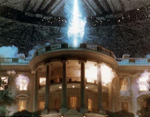 美国大片《独立日》中,外星人飞船轰炸白宫。两个场景颇有几分神似。