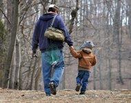 一位父亲领着儿子去钓鱼