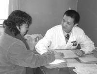 李博(右),中国中医科学院西苑医院脾胃病科的一名普通主治医师,每天他都要工作10个小时以上,包括周末在内的连续加班已经成为常态。图为他在门诊为患者把脉。