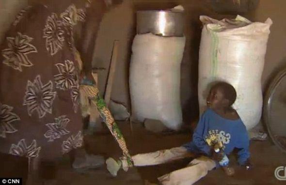 乌干达北部的一位母亲,名叫格雷斯-拉加特。出门的时候,拉加特会用布条绑住孩子,另一头系在自己身上,防止他们走失