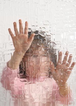 自闭症谱系障碍包括了一系列的神经发育疾病,主要影响三类行为:社会交往、人际交流以及重复的兴趣或行为。