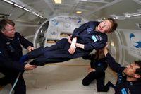 2007年4月,霍金在飞机上体验零重力