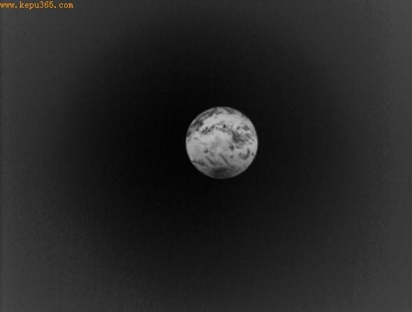 """这是整个地球的长波照片,由日本""""拂晓""""号金星探测器5月21日拍摄。"""