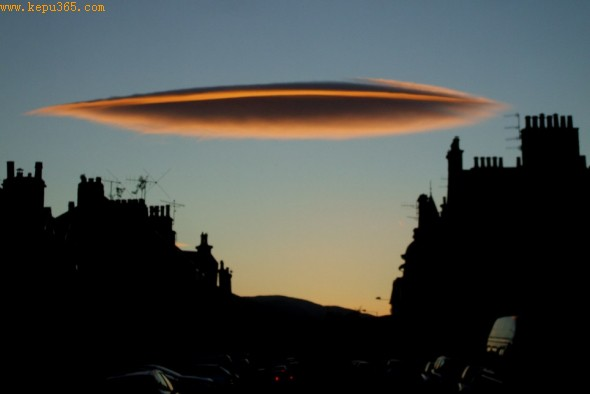 这个飞碟状的云是布里恩・维尔顿周末拍摄到的。