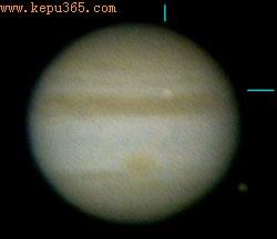 这是由另一位观测者青木细井独立获取的图像。这张图像采用20帧图像合成,获取时间是日本标准时3:31:56,国际标准时20日18:31:56。照片中木星北半球向上