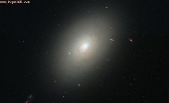 这个遥远星系与一个较小星系撞击合并,开始形成新恒星