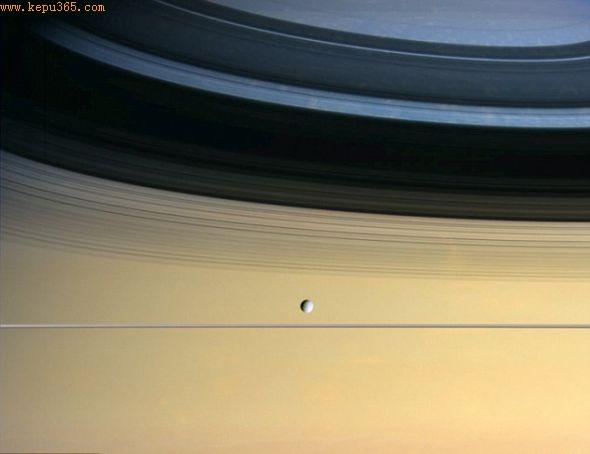 位于土星环阴影处的卫星土卫四。土卫四的直径大约是1123公里,其轨道距离土星大约有37.7万公里