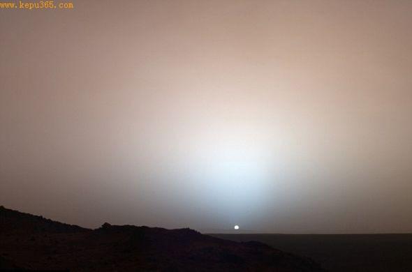 """美国宇航局的火星车""""勇气""""号2005年拍摄的一张图片,显示的是火星日落的画面,它是皇家天文台公布的一系列令人震惊的图片之一。"""