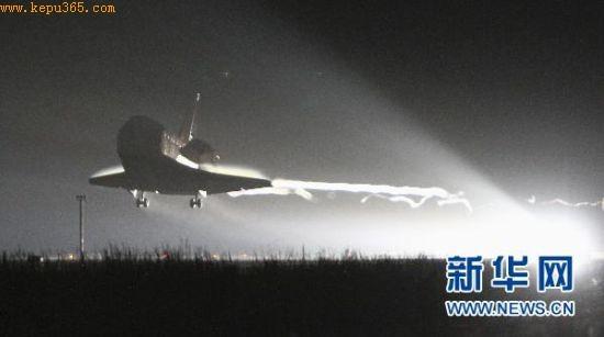 """6月1日,美国""""奋进""""号航天飞机在佛罗里达州肯尼迪航天中心安全着陆。 """"奋进""""号航天飞机于美国东部时间1日2时35分(北京时间14时35分)在肯尼迪航天中心安全着陆,完成了退役前最后一次飞行。完成此次""""绝唱""""之旅后,""""奋进""""号在太空执行任务的时间定格在299天,飞行里程近两亿公里。新华社/路透"""