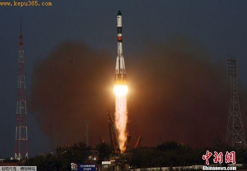 """莫斯科时间24日17时,俄航天部门在哈萨克斯坦境内的拜科努尔发射场使用""""联盟-U""""型运载火箭将""""进步M-12M""""自动化货运飞船发射升空。"""