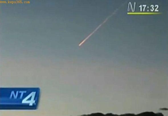 新闻记者调整摄像机镜头,显示陨石在天空中的高度