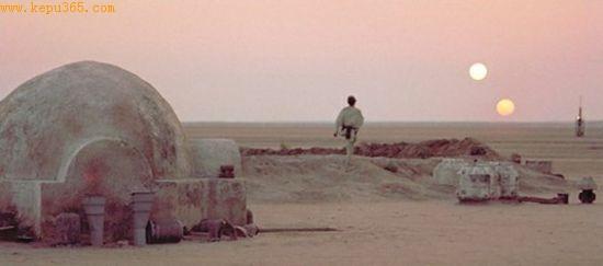 """图为科幻电影《星球大战》中,主人公卢克在行星塔图因上凝望""""双日同落""""的经典场景。"""