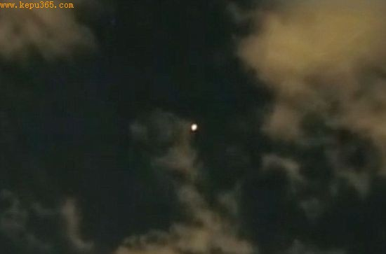 有关这个火球穿过夜空的另一张图片