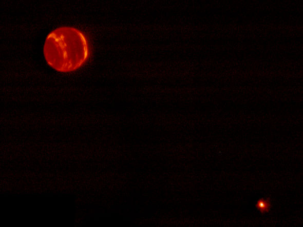 这是海王星和它的卫星:海卫一(右下方)