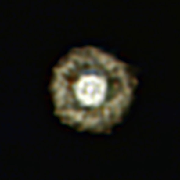 """""""荷包蛋"""":这张照片是欧洲南方天文台甚大望远镜拍摄的一颗黄超巨星周围围绕着尘埃气体带的图像,这也是这一编号为IRAS 17163-3907的巨型恒星迄今质量最好的图像。"""