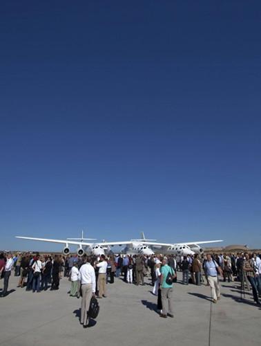 许多人出席了世界首家商业宇航中心的揭幕仪式。