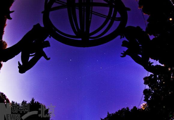 """资料图:天宫一号过境北京图中虚线部分为""""天宫一号""""的轨迹,91幅1秒照片startrails叠加10月2日摄。"""