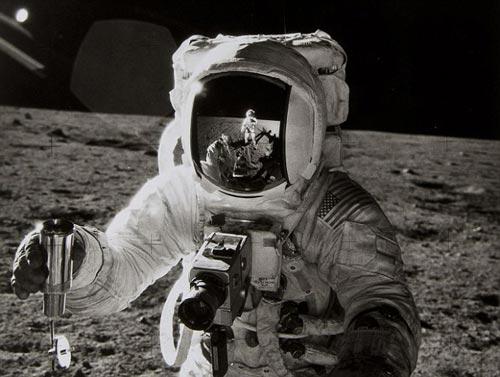 """1969年11月,""""阿波罗12号""""两位宇航员皮特•康拉德(Pete Conrad)和艾伦•宾(Alan Bean)双双踏上月球地表面。这张艾伦•宾的图像在伦敦拍卖会上被拍卖至5500英镑"""
