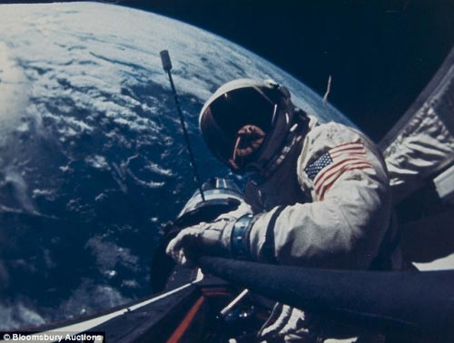 图片拍摄于1966年11月12日,巴兹•奥尔德林在太空船外工作。此图片价值500英镑