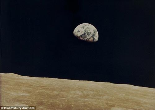 地出:从月球上看地球,地球从月球的地平线上升起。图片拍摄于1968年12月,阿波罗8号飞船登月期间。图片被拍卖至1.5万英镑