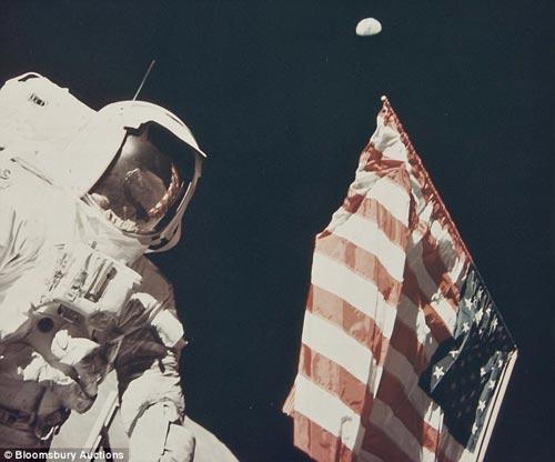 1972年12月,阿波罗17号飞船抵达月球表面,并在那里停留了70多个小时。宇航员尤金•赛尔南(Eugene Cernan)和施密特(Harrison Schmitt)在月球表面行走时,施密特为赛尔南拍摄了一张照片。照片侧面飘扬着美国国旗。施密特的影像反映在赛尔南的头盔上。此图片价值1100英镑