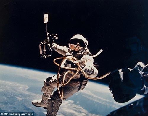 图片拍摄于1965年6月3日,埃迪•怀特(ED White)在离开双子座飞船IV号太空舱之后,上演了美国历史上第一次太空行走。此图片价值为5000英镑