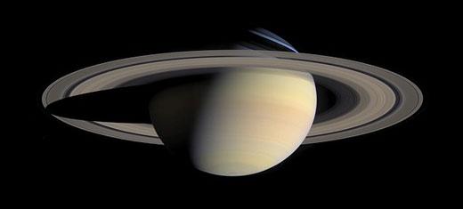 这张是由卡西尼号探测器发回的土星及其周围美丽的光环
