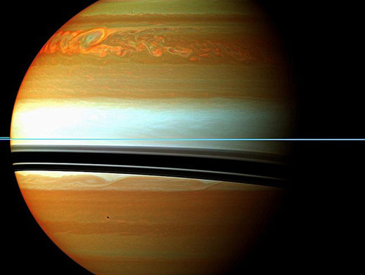 """美国宇航局发回的200天""""超长风暴""""肆虐图片,从图片中可以清晰的看到土星北部的风暴"""