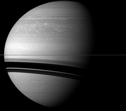 这是卡西尼探测器拍摄到的土卫三,这是土星最小的卫星,直径仅有660英里,就像在在土星环下面漂浮着一样