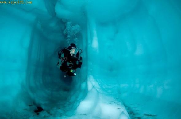 潜水员从萨索罗湖的一个冰洞中游过。