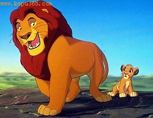 摄影师拍到非洲雄狮带幼狮巡视领地(图)