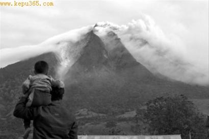 □锡纳朋火山29日喷发