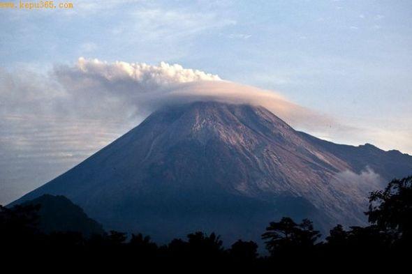 默拉皮火山再度喷发(图片提供:Ulet Ifansasti, Getty Images)