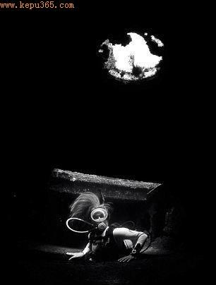 神秘的沉船,获全能奖,由一名潜水者在大加那利岛拍摄,照片中的人是他的女友。