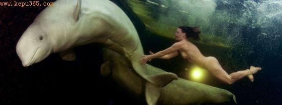赤身裸体的纳塔莉亚・阿维斯森科与北极白鲸共游水下,这种景象不免让人联想到拉菲尔前派的一幅经典画作