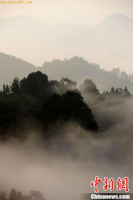 7月21日,安徽黄山市石潭出现罕见的云海奇观。云海时而翻腾飞跃,将青山吞没,时而座座青峰隐现于虚无缥缈的云山之中。若隐若现的群峰犹如蓬莱仙境,美不胜收。方也广德 摄 CNSPHOTO