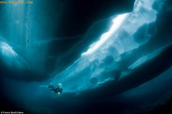 摄影师弗朗克-班菲潜入冰川下方,勘探冰融后形成的通道和洞穴