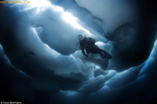 冰川下方光线极暗,暗到什么程度取决于水面上的冰量。绝大多数潜水者使用绳索寻找出口