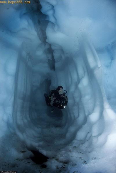 危险冰世界:潜水员在瑞士Sassolo湖的冰川通道中游过