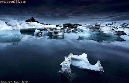 平静:冰川湖是冰岛第二大融化泻湖,这是全球气候转暖造成的,现今的湖泊长度已扩大至1975年的两倍,达到9英里长