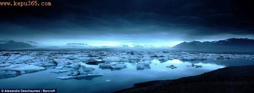天上浮云:在午夜拍摄到的冰川湖,摄影师亚历山卓-德斯梅斯称光线使其具有超凡脱俗的意境