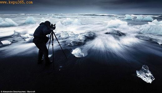 美丽:摄影师亚历山卓-德斯梅斯设置摄影师拍摄夜晚冰岛美景