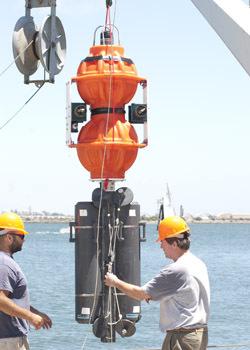 斯克里普斯研究所海洋工程师凯文・哈定和海洋技师乔西・曼格尔(Josh Manger)正一起准备测试哈定设计的深海着陆器